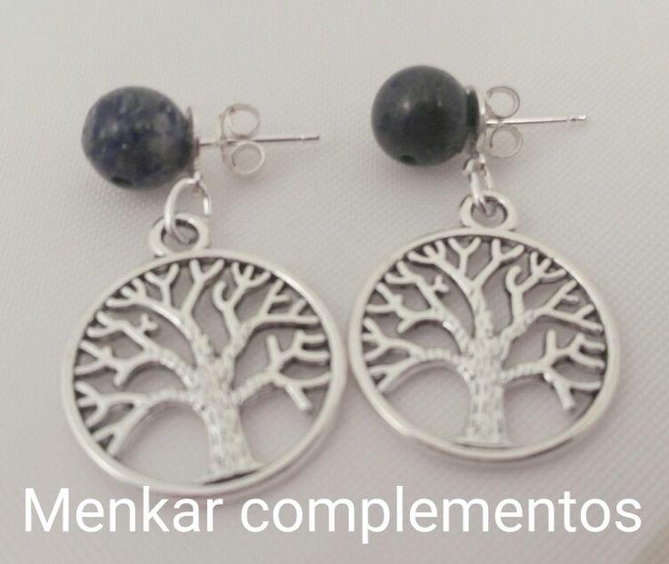 Pendientes con cierre de plata, bolas de lapislázuli y charm árbol de la vida