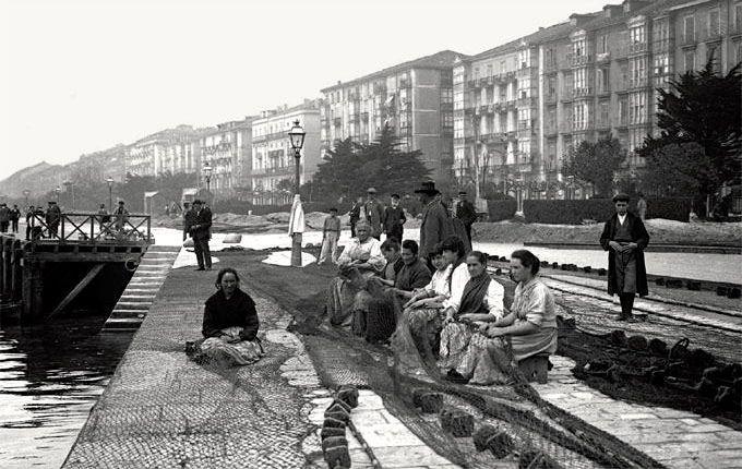 Cosiendo redes en el Paseo Pereda en 1907