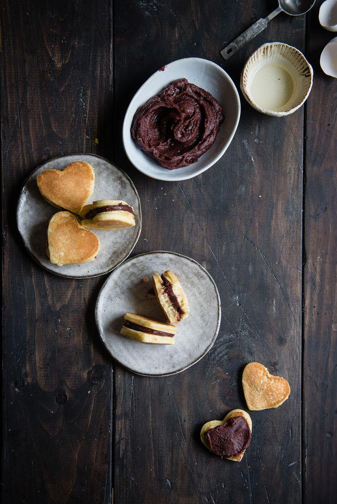 Mini pancakes avec une pâte tartiner aux haricots rouges   two red bowls (en anglais)