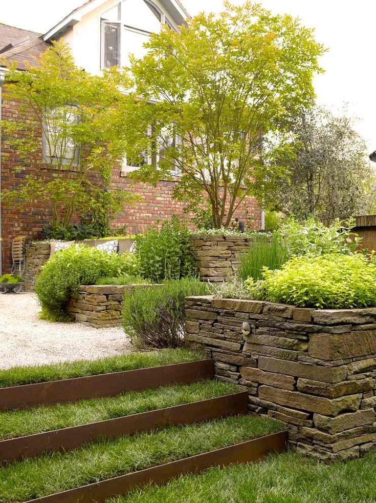 jardin en pente à niveaux, plaques en métal et muret en pierre
