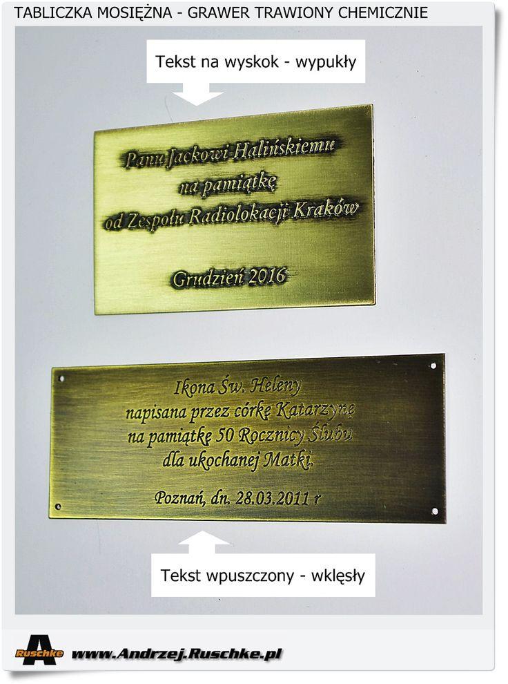 Różne rodzaje tabliczek mosiężnych z wygrawerowanym tekstem na prezencie