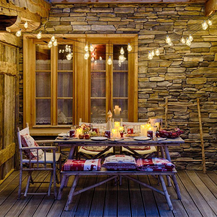 Decora il tuo Natale con stile, usa catenarie di lampadine vintage per illuminare la tavola..