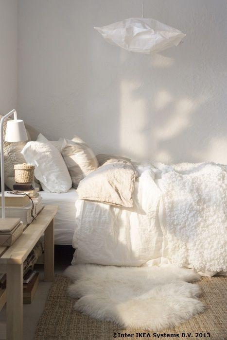 Cine zice că pernele sunt bune numai pentru un somn bun? Ele sunt perfecte pentru a schimba atmosfera întregii camere. Încearcă și tu. www.IKEA.ro/fete_perne