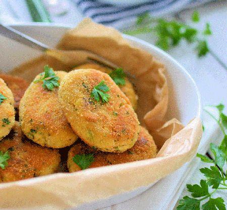 Un aperitiv rapid, gustos, apetisant, si nu in ultimul rand satios il obtineti preparand delicioasele Chiftele din cod si cartofi.