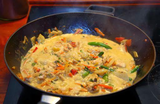Wok: Kylling i rød karrypasta og kokosmælk