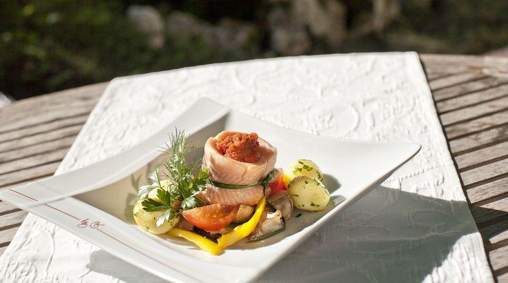 """Qualität durch regionale und saisonale Küche mit dem Besten aus der Region. Über 90 % der Produkte, die wir verwenden, stammen aus Baden-Württemberg. Hierfür sind wir mit 3 Löwen von """"Schmeck den Süden"""" ausgezeichnet."""