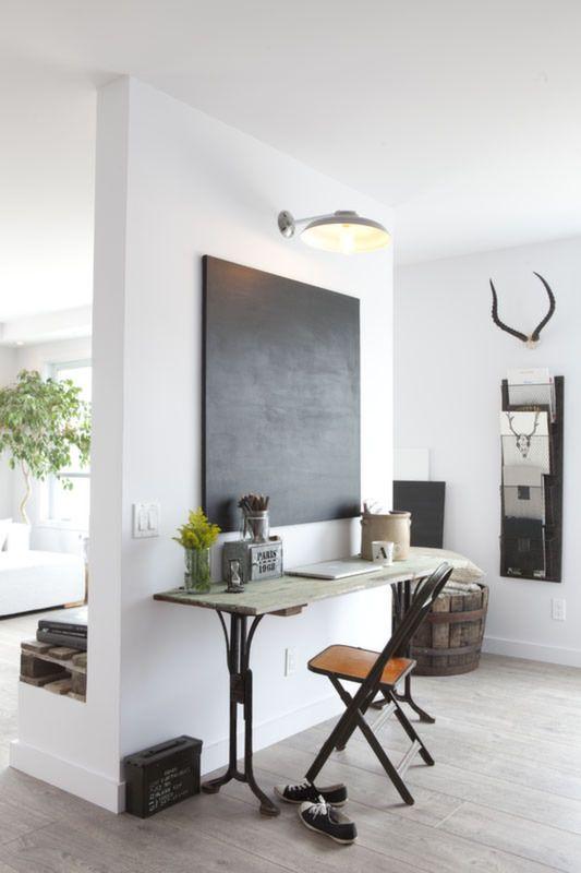 Objets vintage et déco minimaliste dans un condo blanc décormag