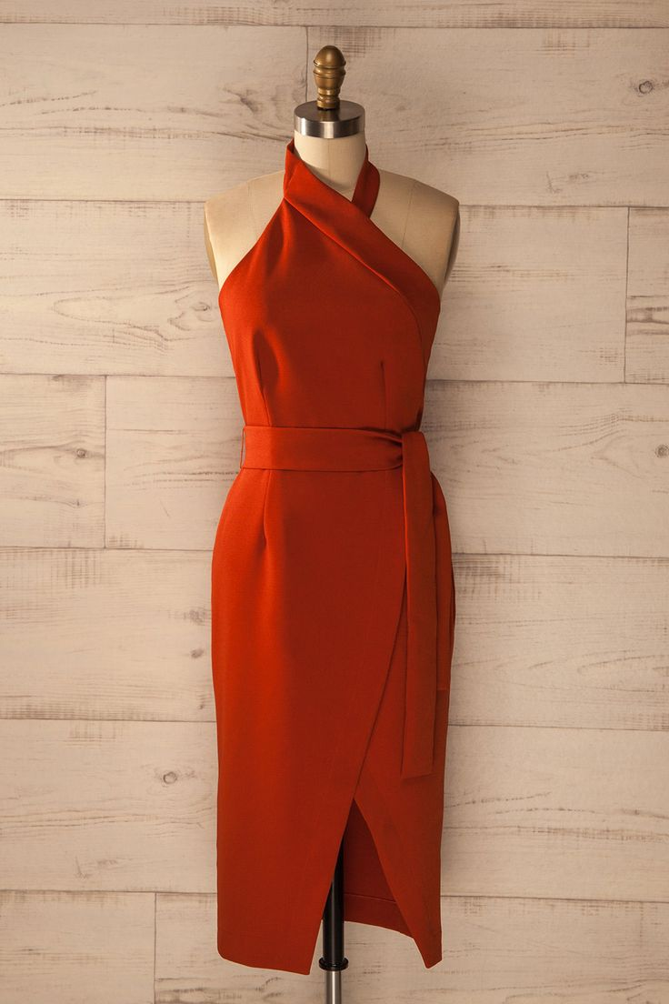 Assise à l'extérieur, la musique de la soirée battant son plein tout près lui parvenait très distinctement.    Sitting outside, she thought the noise from the party in full swing sounded very close by. Dark orange fitted midi halter dress https://1861.ca/collections/products/satao-safran