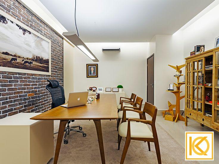A sala da presidência possui toques clássicos e rústicos com mobiliário de design, de antiquário, e marcenaria fixa projetados pelo Studio Karla Oliveira. #ProjetodeArquitetura #Arquitetura #Decor #Corporativo #IndustriaMococa #KarlaOliveira #StudioKarlaOliveira