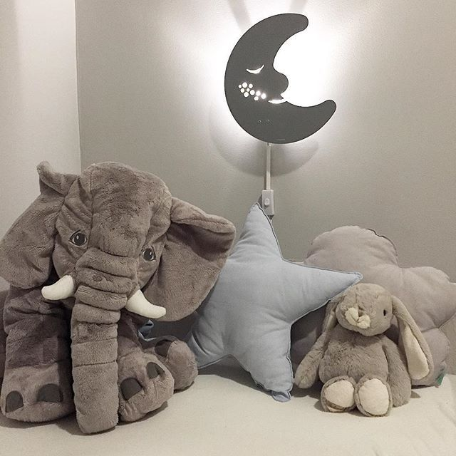 Så fornøyd med nye koseting i sengen! Fin stjerne og sky-pute fra @myntehobby som lagde disse på bestilling Ole er ekstra glad i elefanter, og deler gladelig sengen med den  Ha en fin fredag alle sammen! #barnerom #kidsroom #myntehobby #elefant #gutterom #barnrum #pojkrum #ministil #jollyroom #stjernepute #skyepute #kidsroomdecor #børneværelse #barnrumsdetaljer #foreldreogbarn #guttemamma #barnerominspo #baby_and_kidsroom_inspo