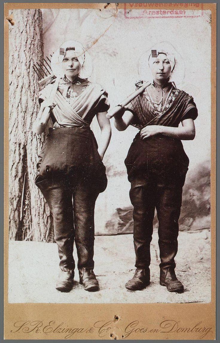 Vrouwen werkzaam in de zeeuwse oesterteelt. Gebruikt voor de Nationale Tentoonstelling van Vrouwenarbeid.; IIAV 1898 #Zeeland #ZuidBeveland #protestant