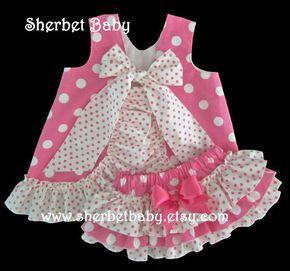 Artículos similares a Caliente rosa lunares delantal con volantes pantalones Sassy Set colmena pañal cubierta Bloomer en Etsy
