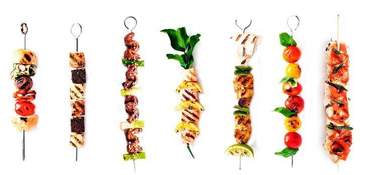 bbq spiesen Alle recepten zijn voor ± 8 spiesen. Van links naar rechts: hamburgerspies Snijd 1 kleine baguette in 16 stukken. Snijd 1 courgette in…