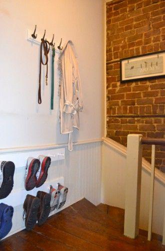 Un rangement de chaussures et chaussons à la hauteur des enfants à faire sur deux rangées en cas de famille nombreuse !