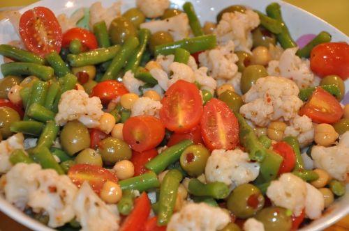 Une bonne salade Italienne de légumes marinés