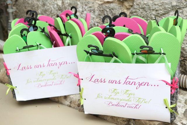 Von dieser orignellen Hochzeitsidee sind sogar Tanzmuffel begeistert! Flip Flops zur freien Entnahme für müde Tanzfüße.  http://www.hochzeitseinladungen.de/ideen-fuer-hochzeitseinladungen/