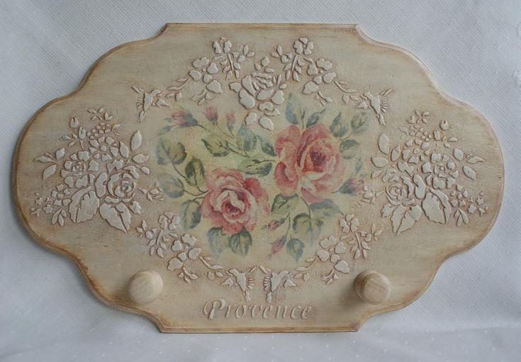 Perchero con relieve y decoupage