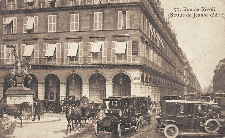 La rue de Rivoli au niveau de la place des Pyramides. Et un bel embouteillage... (ancienne carte postale, vers 1900)