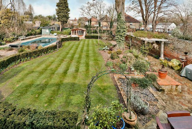 A splendid Grade II listed period home occupying the majority part of a mansion house in a prime position, a short distance from Chertsey town centre with its selection of shops, banks, restaurants. #Chertsey #Property www.bartonwyatt.co.uk