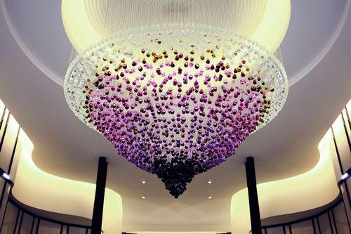 Люстра Lalique, сделанная из 2500 колец Gourmande, висит в центре нового ювелирного бутика в Париже
