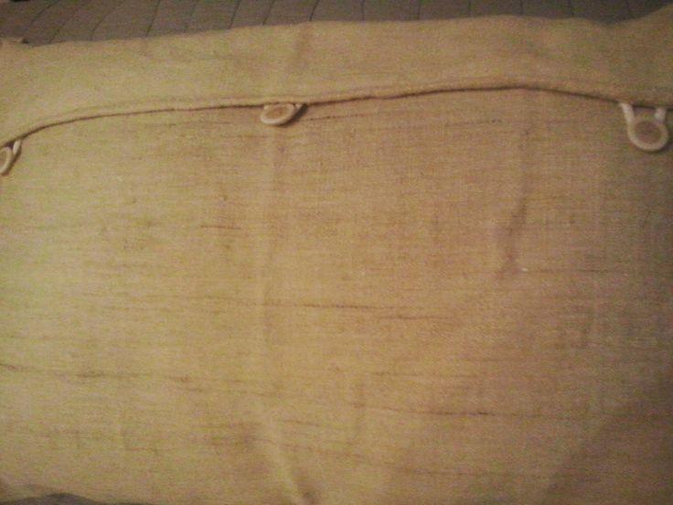 decoraconmaría: cojines Detalles botones trasera almohadón/cojín arpillera
