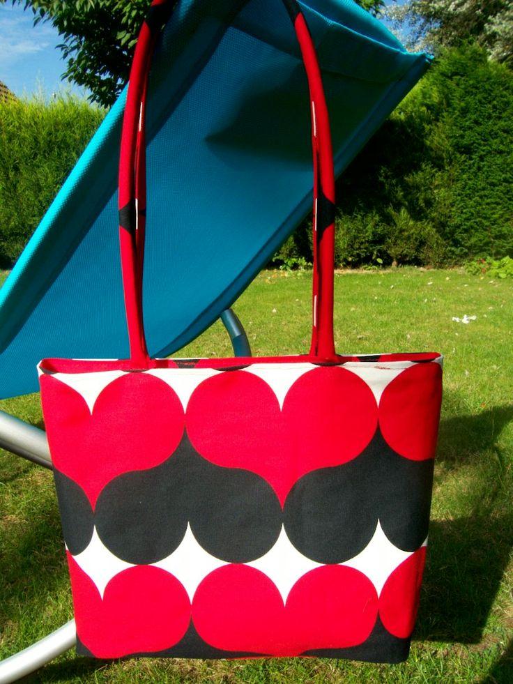 Sac Cœurs rouge et noir Dimensions du sac fini : 37 cm de largeur, 27 cm de hauteur Fournitures : un zip de 35 cm pour la fermeture du sac à main, deux zip de 15 cm pour les poches intérieur, 100 cm en 140 de tissu imprimé, 2 fois 75 cm de tuyau plastique...