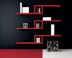 Biblioteca de madera con detalles en colores negros y rojos ideales para una habitación o una sala.