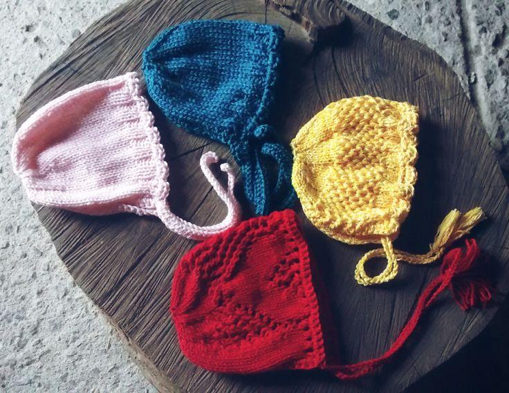 Quarteto de gorrinhos confeccionados em.tricô em fio antialérgico <br>Cores - amarelo, azul petróleo, rosa e vermelho ( podem ser confeccionados em outras cores <br>Tamanho RN