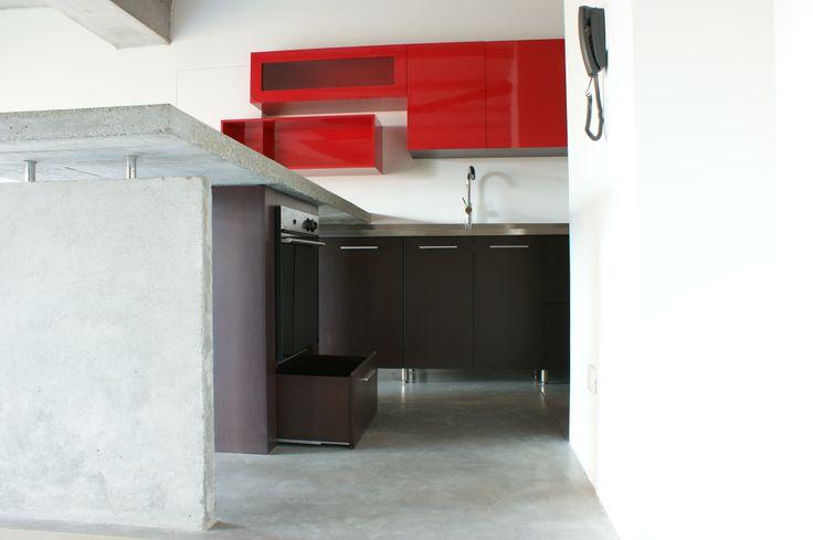Cocina Roja . Calle 5A. Mueble superior en laca roja brillante + Mueble inferior en aglomerado Rh con melamina wengue.