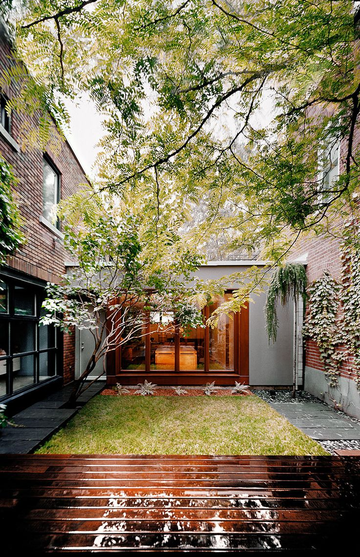 La maison en u situ e montr al est tout simplement magnifique avec sa cour - Amenager une cour interieure ...