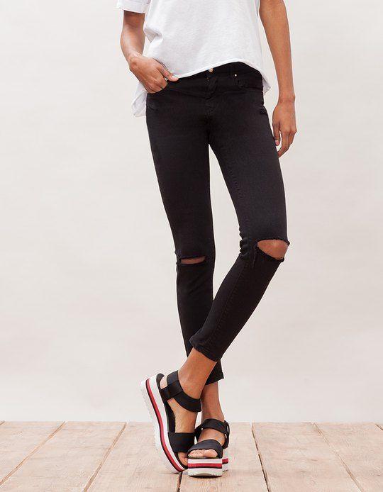 Pantalón skinny detalle rotos en negro de STRADIVARIUS (SS16) por 19,95€