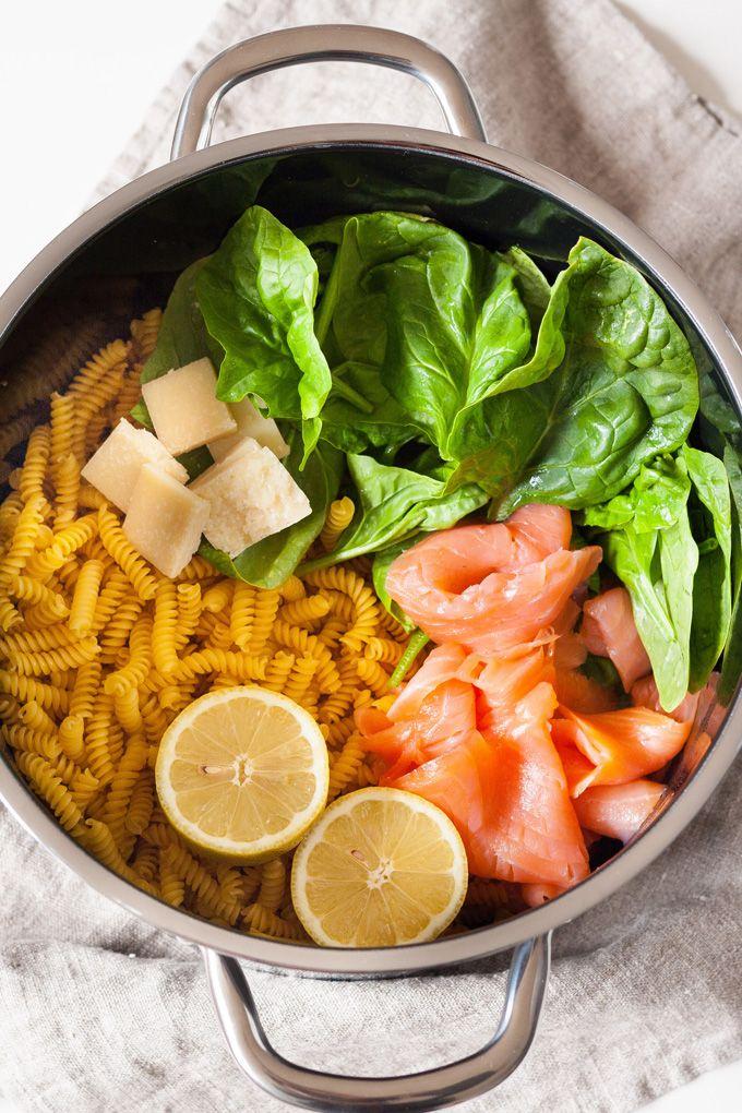 One Pot Pasta mit Spinat und Räucherlachs. Für dieses Rezept braucht ihr nur einen Topf, acht Zutaten und 15 Minuten Zeit - kochkarussell.com