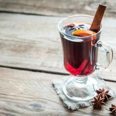 Glühwein selber machen ist gar nicht schwer - so kannst du ihn nicht nur auf dem Weihnachtsmarkt, sondern auch gemütlich zuhause genießen. Welchen Wein du kaufen musst, welche Gewürze du brauchst und das passende Rezept für roten und weißen Glühwein verraten wir dir hier.