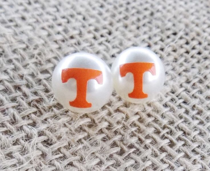 What's classier than pearls? The designs on these 12mm Tennessee Vols pearl earrings are covered with a clear jewelry glaze that protects them from peeling and gives them a nice shiny finish. They are