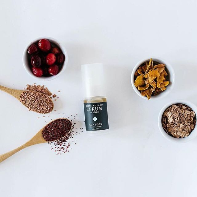Graydon Skincare Detox + Renew Serum - Velvety smooth oat oil absorbs beautifully into the skin without leaving a residue. Infused with turmeric and a touch of orange blossom, this ayurvedic anti-inflammatory melange of oils is luxurious as it is therapeutic. This is an excellent formulation to layer under or blend with your day or night cream. 💕📷:@graydonskincare