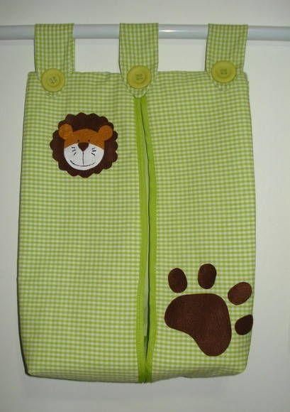Porta fraldas feito em tecido. Pode ser feito em outra cor e outro tema. Dimensões aproximadas: 40 cm (altura) x 35 cm (comprimento) R$ 50,00