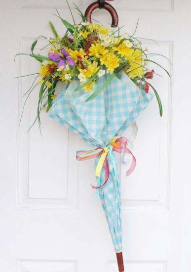GUARDA-CHUVAS Quem diria que um guarda-chuvas poderia enfeitar a porta? Para que as flores não escapem, prenda na altura dos caules com fitas.   MdeMulher