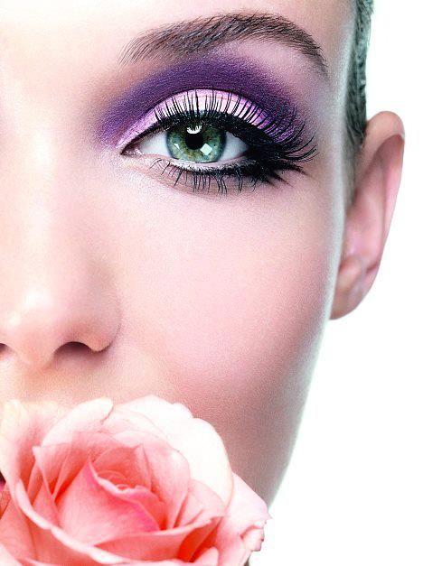 Per le spose che scelgono di non aderire agli smokey eyes, ma non vogliono rinunciare ad avere un occhio con un make-up particolare per il loro matrimonio dovrebbero provare con gli occhi di gatto! Il look di tendenza per il trucco da sposa nel 2013 è il make up naturale ma con un tocco di colore che rende gli occhi protagonisti. Ecco come fare: