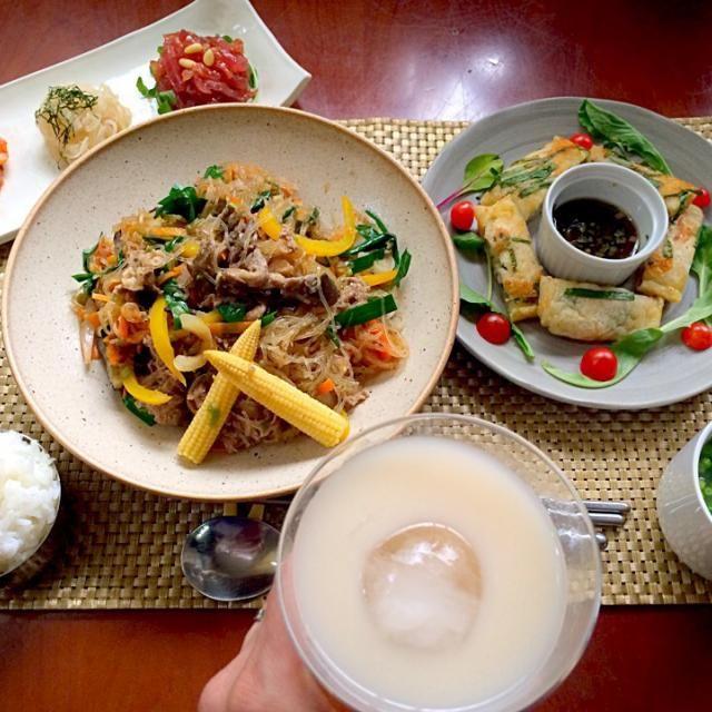 前菜<キムチ・ナムル・ユッケ>・チヂミ・プルコギ・大根とわかめスープ・白飯 今日は朝からお洗濯3回、お布団4枚、書類作成&整理してのんびりクッキング 8年振りに頭を回転させてるかもw 良い疲労感にがっつりご飯とお酒が進みます - 71件のもぐもぐ - 한국 요리Tonight Amigo's Korean Dinner韓国料理<및반찬・찌짐・불고기・미역국> by honeybunnyb