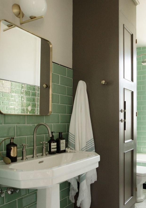 Stylist Katrine Kaul ville have et badeværelse, der kunne have stået i lejligheden, da den fik installeret bad tilbage i 1930'erne. Det fik hun. I dag er familiens badeværelse forvandlet til et eksklusivt rum, hvor det enkle hersker – sammen med en karakteristisk jadegrøn.