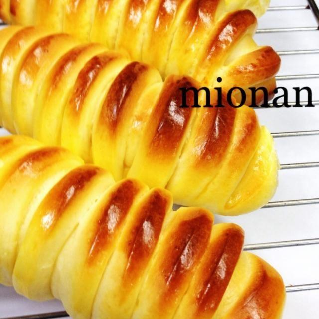 家族に芋虫みたいと不評だったクリームパン(笑) わたしは気に入ってるんですがσ(^_^;) - 158件のもぐもぐ - カスタードクリームパン by mionan
