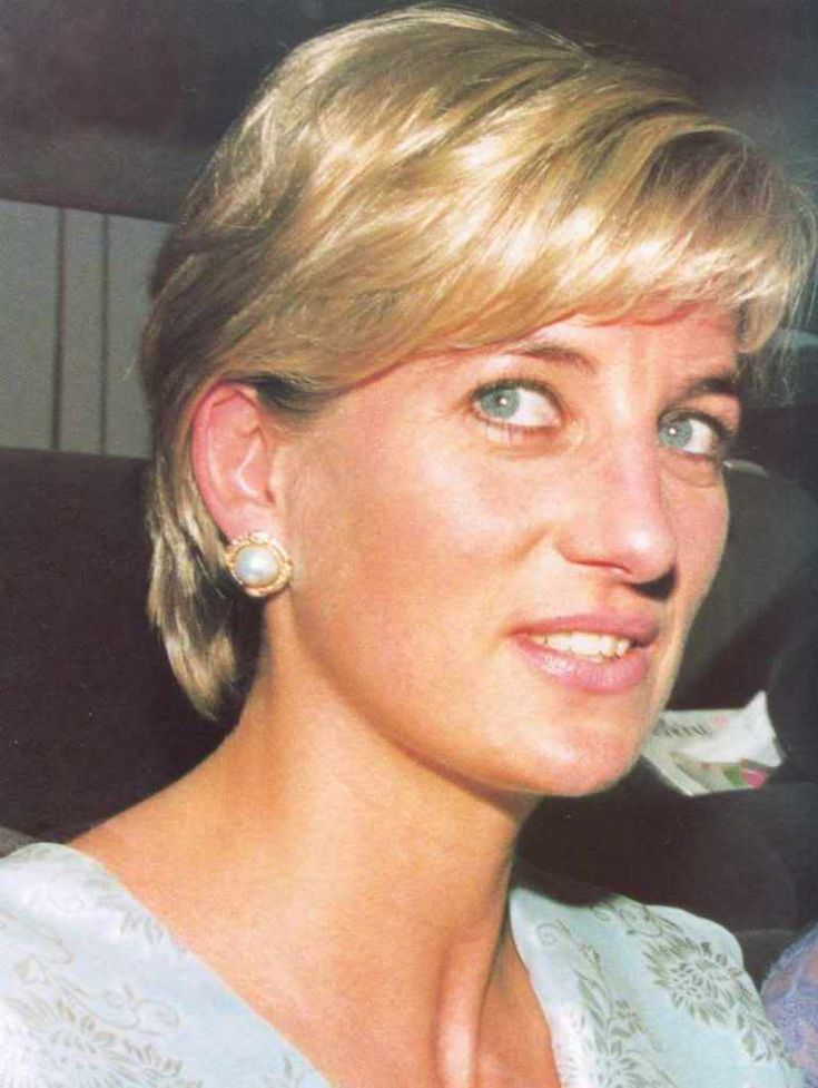 May 22, 1997: Diana, Princess of Wales visiting the Memorial Cancer Hospital founded by international cricketer, Imran Kahn, husband of Jemima Goldsmith, a friend of Diana's.