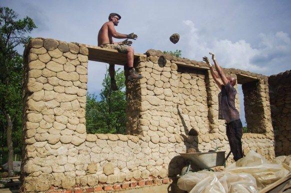 Se știe deja, că în România, casele construite din materiale naturale au din ce în ce mai mare căutare. Oamenii se interesează, își construiesc case ecologice. Dar, totuși pentru mulți construirea unei case din materiale naturale ar