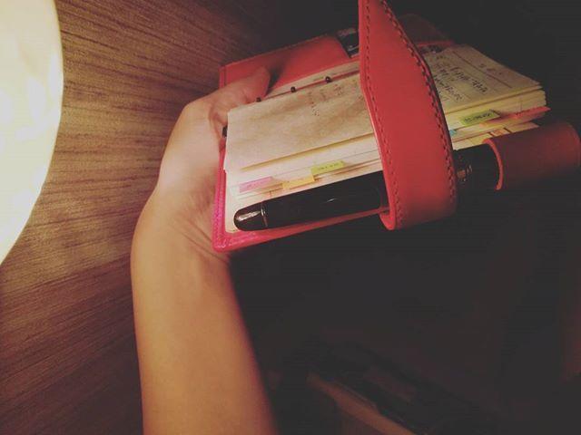 実家では離れのお部屋に滞在しています。  自室の本棚より#鈴木いづみ さんの語録と、#石井ゆかり さんの星座本。 #野沢尚 さまの小説も持ってきました。  #手帳沼 #ミニ6穴  #ロロマクラシック #レイメイ藤井  #ダヴィンチ手帳 #赤い手帳 #お買い物病 #本革 #赤ロロマ #能率手帳ゴールド #能率手帳 #万年筆 #プラチナセンチュリー #platinumcentury #platinum3776 #3776  #PRADA #プラダ