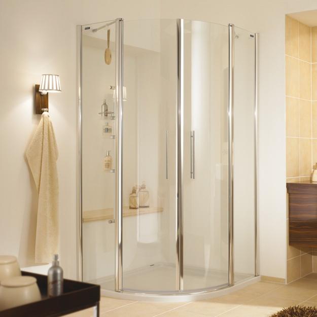 Elegante vormen, moderne materialen en heldere lijnen. Glas en aluminium benadrukken het accent en nodigen uit tot een buitengewone douchebelevenis. Maak een individuele keuze uit een veelheid van mogelijkheden. Met deze douchewand krijgt elke badkamer een eigen gezicht.