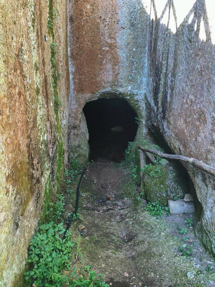 """Parco Archeologico Città del Tufo - Sovana - L'etrusca era in Italia è durato dal 800 a.C. al 500 a.C. , quando l'alimentazione in quello che è oggi in Italia passata fuori delle loro mani. Questo sito -- scoperto all'inizio degli anni '20, è tra i più vasti di antiche rovine etrusche, contenente la Necropoli etrusca di Sovana (la Necropoli Etrusca di Sovana) e un pozzo preservare la """"Vie Cave"""" scolpite etrusco sommersa road. Il sito sembra coprire alcuni acri quadrati, con alcune…"""