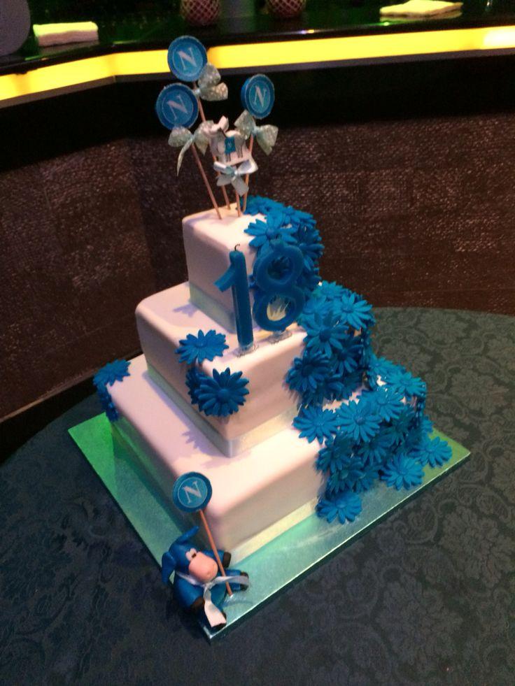 torta in pasta di zucchero a 3 piani con cascata di