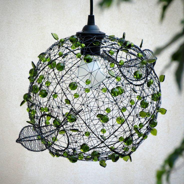 V+koruně+stromu.+Drátované+stínidlo+ +V+koruně+stromu+se+dějí+věci!+ +Lustr+jsem+vyrobila+ze+železného+drátu+a+perlí,+broušených+kuliček+a+mačkaných+lístečků+v+lahvově+zelené+barvě.+Stínítko+je+lehce+nepravidelné,+tvarované+z+ruky.+Další+kulatá+stínidla+třeba+tady+nebo+tady...+Ptáčci+jsou+volně+zavěšeni,+pohupují+se+v+koruně.+Otvor+s+horním+ptáčkem+...