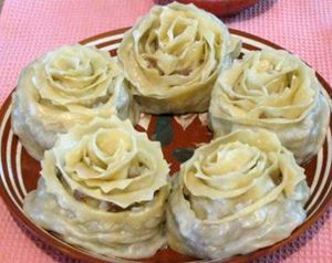 Rose-shaped manty (steamed dumplings). This dish is of the Asian origin but became very popular in Russia. Манты в виде розы. Готовое блюдо