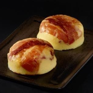 4 eggs 4 tablespoons of cottage cheese 1/4 cup shredded Monterey Jack Cheese 1/4 cup shredded Gruyere cheese 1/4 teaspoon salt 4 pieces of thin bacon